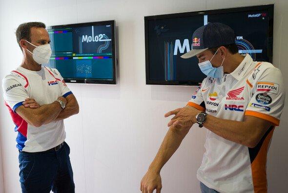Alberto Puig steht permanent mit Marc Marquez in Kontakt - Foto: HRC
