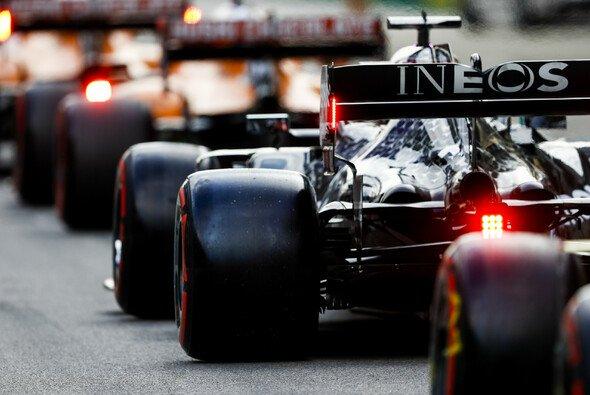 Lewis Hamilton startet in Sotschi von der Pole. Doch seine Reifen bereiten ihm Kopfzerbrechen. - Foto: LAT Images