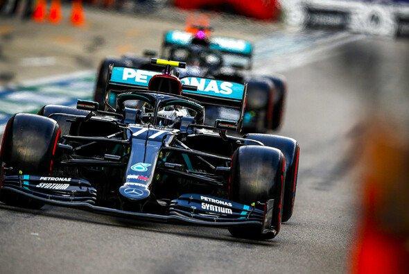 Valtteri Bottas und Lewis Hamilton waren 2020 oft nur knapp getrennt - Foto: LAT Images