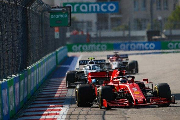 Sebastian Vettel verbrachte den Großteil des Sotschi-Rennens damit, sich zu verteidigen - Foto: LAT Images