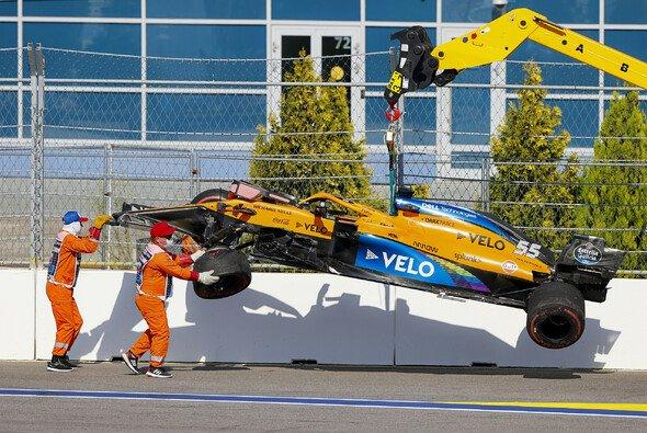 McLaren-Wrack in Kurve 2: Carlos Sainz wirft in Sotschi die Chance auf Punkte früh weg - Foto: LAT Images