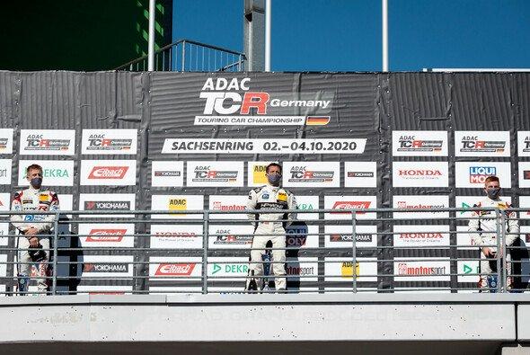 Gemeinsam auf dem Podium: Sieger Proczyk (M.) neben Dominik Fugel (l.) und Marcel Fugel - Foto: ADAC TCR Germany