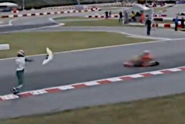 Szene aus dem Skandal-Video: Luca Corberi wirft ein Teil auf die Strecke - Foto: YouTube/Screenshot