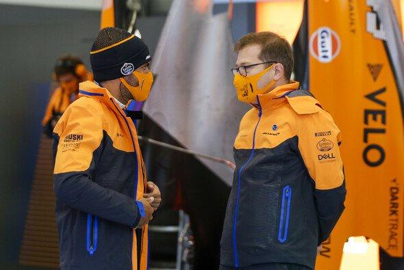 Carlos Sainz und Andreas Seidl wollen eine zusätzliche Belastung für die McLaren-Crew vermeiden - Foto: LAT Images