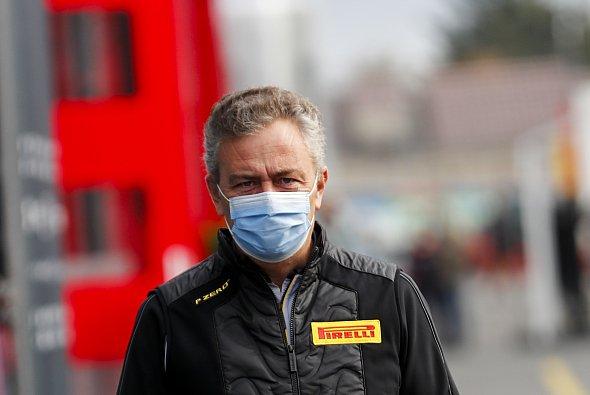 Pirellis Formel-1-Boss Mario Isola im Fahrerlager - Foto: LAT Images