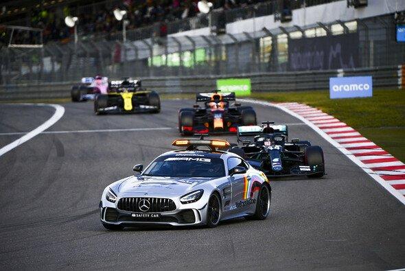 Lewis Hamilton und Max Verstappen beschwerten sich über ganze fünf Runden Safety-Car-Phase auf dem Nürburging - Foto: LAT Images