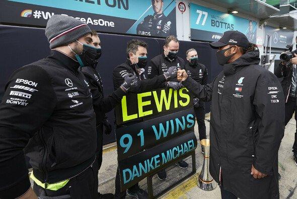 Lewis Hamilton feierte auf dem Nürburgring seinen 91. Sieg - und zog mit Michael Schumacher gleich - Foto: LAT Images