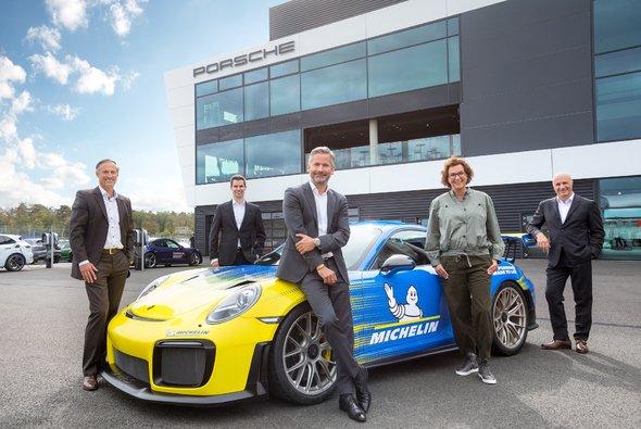 Von links nach rechts: Michael Ewert, Daniel Mai, Bastian Schramm, Margit Frank und Agostino Mazzocchi - Foto: Porsche Deutschland GmbH