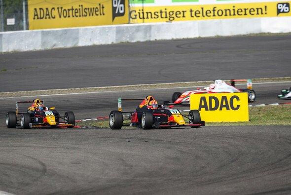VAR-Pilot Jonny Edgar (17) reist als Tabellenführer zum Red Bull Ring - Foto: ADAC Formel 4