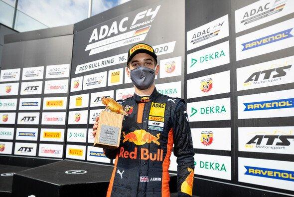 Jonny Edgar feiert seinen fünften Saisonsieg - Foto: ADAC Motorsport