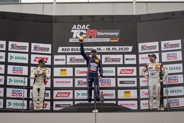 Gemeinsam auf dem Podium: Sieger Buri (M.) neben Proczyk (l.) und Fugel - Foto: ADAC TCR Germany