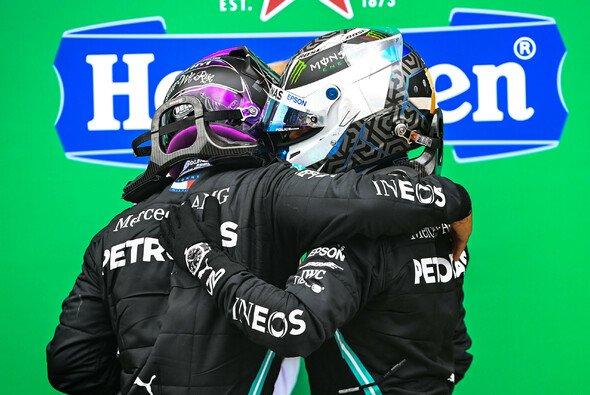 Valtteri Bottas blieb nach der Niederlage beim Formel-1-Rennen in Portugal nur die Gratulation an Lewis Hamilton - Foto: LAT Images