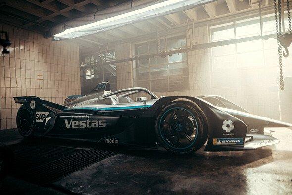 Rustikal: Mercedes zeigt seinen Rennwagen für die Formel-E-Saison 2021 - Foto: Daimler AG