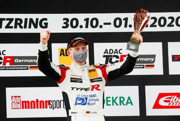 Dominik Fugel jubelt über seinen dritten Saisonsieg - Foto: ADAC TCR Germany