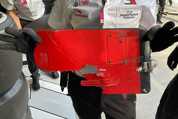 Dieses Karbonteil von Sebastian Vettels Ferrari holten Mercedes-Mechaniker aus dem Unterboden von Valtteri Bottas - Foto: Motorsport-Magazin.com