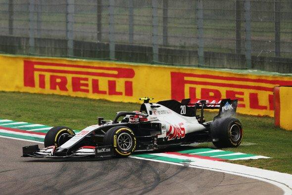 Erst von Vettel gedreht, dann Kopfschmerzen durch ein Getriebeproblem: Kevin Magnussen erlebte in Imola ein qualvolles Rennen - Foto: LAT Images