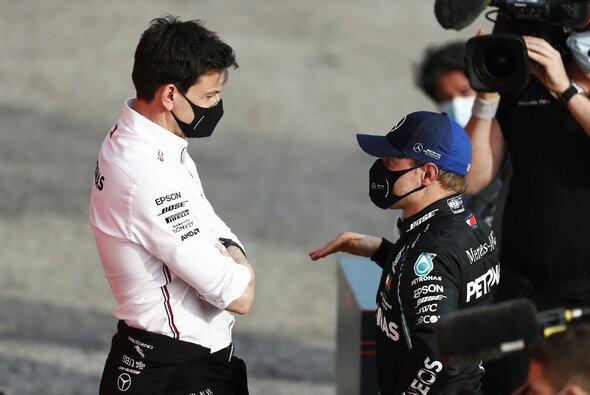 Toto Wolff lässt keinen Zweifel an Valtteri Bottas' Mercedes-Cockpit in der Formel 1 2021 aufkommen - Foto: LAT Images