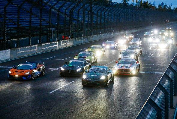 Start frei zum zweiten Rennen der ADAC GT4 Germany auf dem DEKRA Lausitzring - Foto: ADAC GT4 Germany