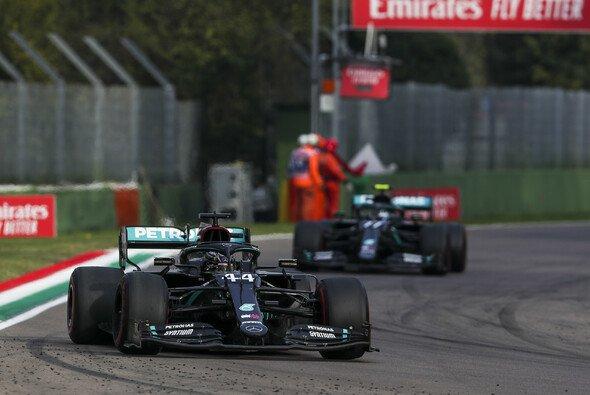 Lewis Hamilton tauchte nach seinem Boxenstopp vor Valtteri Bottas wieder auf - Foto: LAT Images
