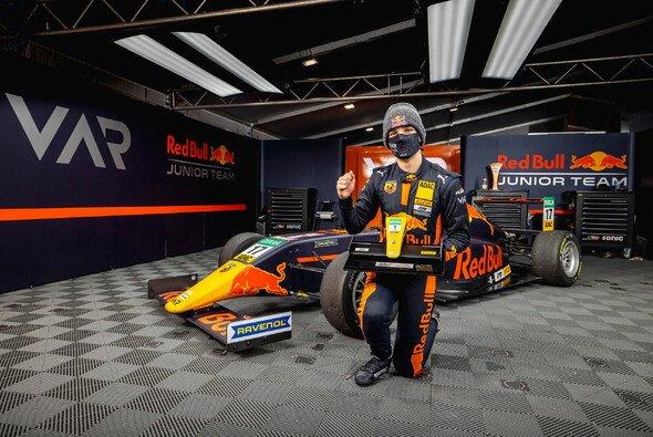 Jonny Edgar feiert den Titel in der ADAC Formel 4 - Foto: ADAC Formel 4