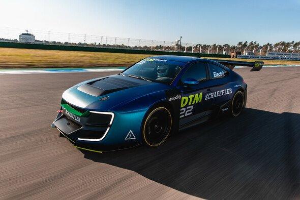 Hier fährt das Demo-Auto für die mögliche DTM Electric ab 2023 - Foto: Toni Alex