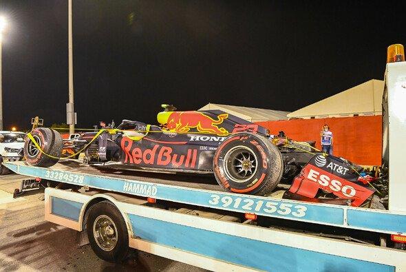 Alex Albon zerlegte im Bahrain-Training seinen Red Bull - Foto: LAT Images