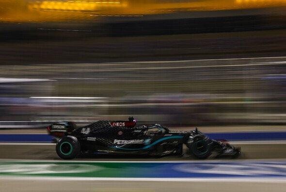 Lewis Hamilton testete in Bahrain die neuen Pirellis der Saison 2021 - Foto: LAT Images