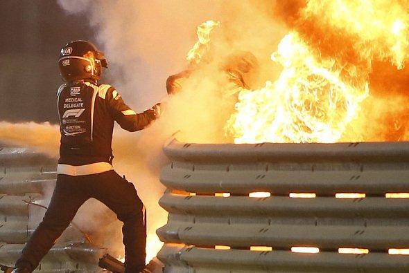 Hier rettet F1-Arzt Ian Roberts Romain Grosjean aus den Flammen - Foto: LAT Images