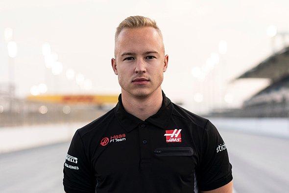 Haas hält für 2021 am in die Kritik geratenen Formel-1-Rookie Nikita Mazepin fest - Foto: LAT Images
