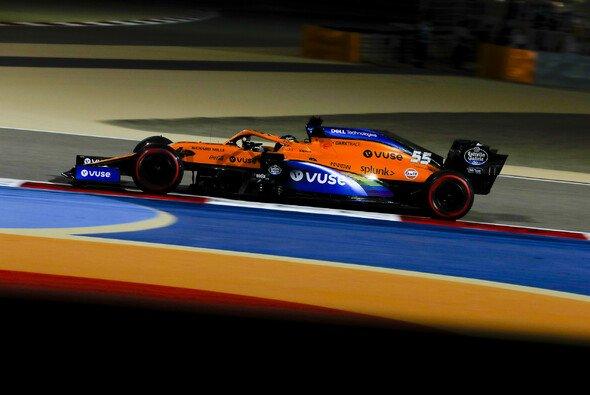 McLaren-Pilot Carlos Sainz will die Gefahr auf dem Bahrain-Außenkurs in der Fahrerbesprechung thematisieren - Foto: LAT Images