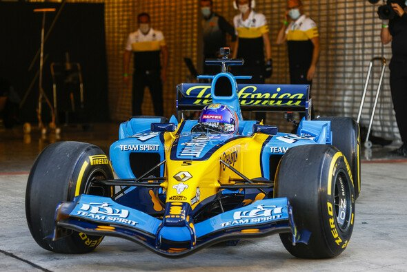 Fernando Alonso fährt in Abu Dhabi ab Freitag täglich Showruns in seinem ersten WM-Boliden von Renault - Foto: LAT Images