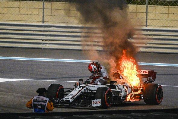 Kimi Räikkönen schien in seiner Boxenfunk-Verkabelung festzustecken - Foto: LAT Images