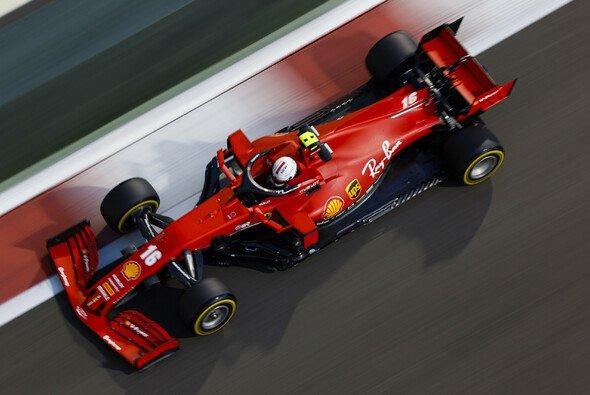 Zum Verwechseln: Mit dem weißen Helm fährt diesmal Charles Leclerc, nicht Sebastian Vettel - Foto: LAT Images