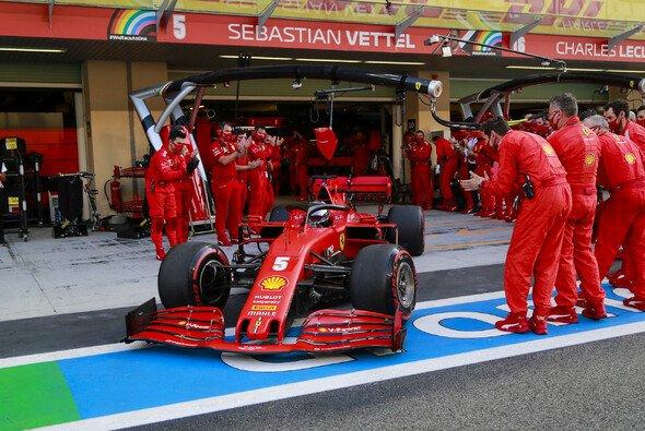 Sebastian Vettels Mechaniker stehen vor dem Rennen Spalier - Foto: LAT Images