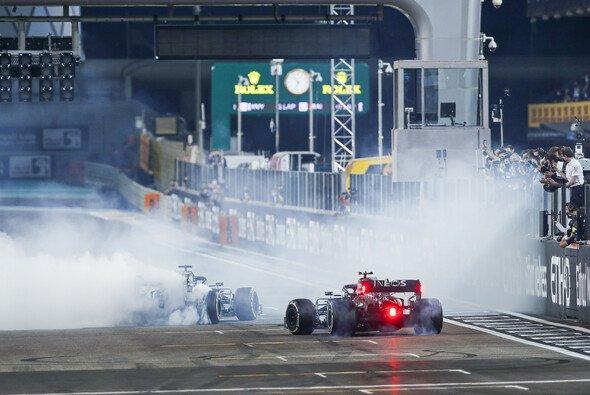 Nicht nur bei ihren Donuts nach dem Rennen bemerkten Hamilton und Bottas keinen Unterschied - Foto: LAT Images