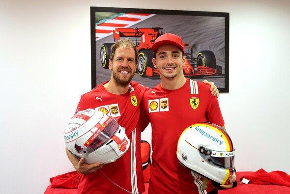 Sebastian Vettel und Charles Leclerc tauschten nach dem Rennen Helme - Foto: Ferrari