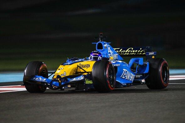 Fernando Alonso begeisterte die Formel 1 in Abu Dhabi mit dem V10-Sound seines Weltmeister-Renault - Foto: LAT Images