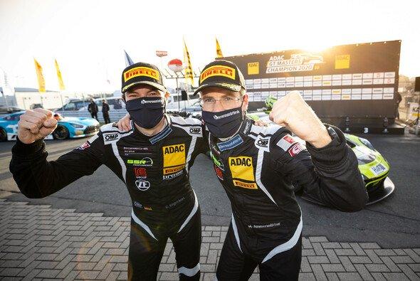 Christian Engelhart und Michael Ammermüller (v.l.) jubeln über ihren Titelgewinn - Foto: ADAC Motorsport