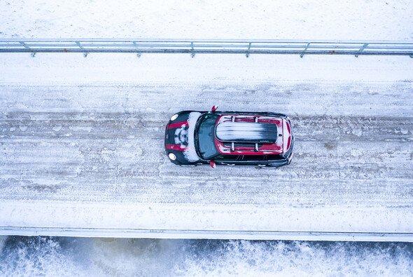 Die menschenleeren Landstraßen sind ein idealer Ort, um die Performance-Eigenschaften des allradgetriebenen Extremsportlers zu testen - Foto: BMW Group