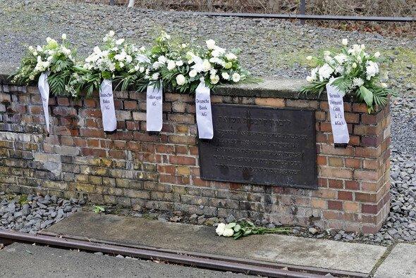 Daimler, Volkswagen, Deutsche Bahn, Deutsche Bank und Borussia Dortmund gedenken am Gleis 17 in Berlin den Opfern des Holocaust - Foto: Deutsche Bahn AG / Volker Emersleben