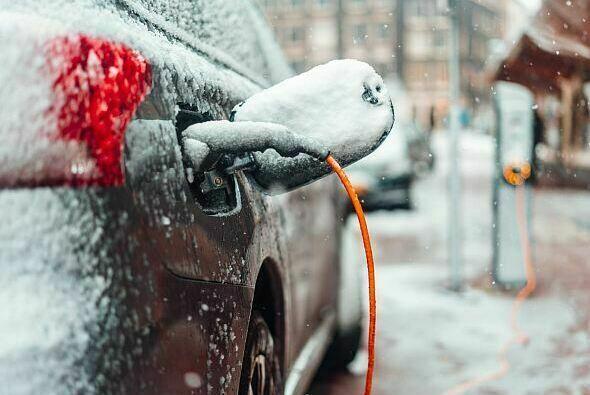 Bei Elektroautos kommt nicht die gesamte Ladung in der Batterie an - Foto: ADAC/Shutterstock/Hrecheniuk Oleksii