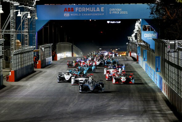 Nyck de Vries gewinnt den Saisonauftakt der Formel E in Saudi-Arabien - Foto: LAT Images