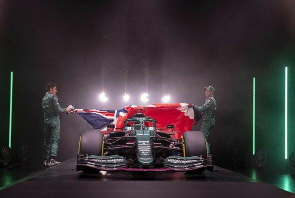 Lance Stroll und Sebastian Vettel enthüllten am Mittwoch gemeinsam den Aston Martin - Foto: Aston Martin