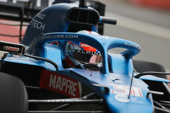 Esteban Ocon im Cockpit des Alpine: Mehr vom Auto wollte das Team noch nicht zeigen - Foto: Alpine