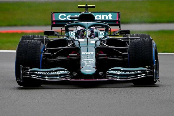 Sebastian Vettel fuhr erstmals in seinem neuen Dienstwagen, dem Aston Martin AMR21 - Foto: Aston Martin