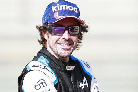 Fernando Alonso kann es nicht lassen: Erste Sticheleien schon vor dem Comeback - Foto: LAT Images