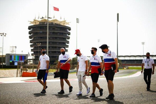 Der Track-Walk ist heute in Bahrain schon angelaufen - Foto: LAT Images
