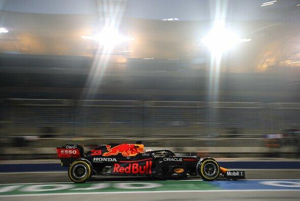 Red-Bull-Pilot Max Verstappen fuhr am Freitag in beiden Trainings der Formel 1 in Bahrain die Bestzeit - Foto: LAT Images