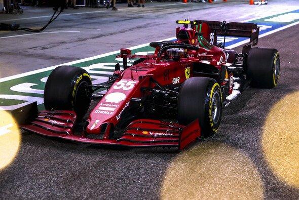 Carlos Sainz stellte am Trainingsfreitag der Formel 1 in Bahrain den Anschluss an Mercedes her - Foto: LAT Images