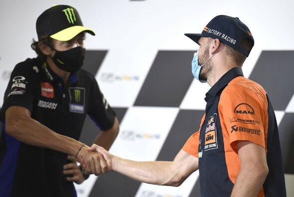 Zwischen Valentino Rossi und Brad Binder herrscht dicke Luft - Foto: LAT Images